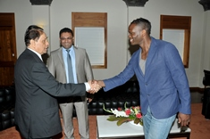 Promotion of Football in Mauritius: Prime Minister meets Louis Saha